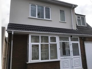 Large 5 Bed House / Wolverhampton + Parking