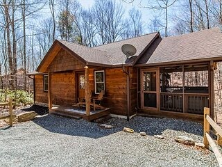 Peace on Birch - SLEEPS 6 - HOT TUB/Screen Porch/Wifi/Fish/Hike/RELAX!