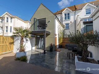 The Beach House - Luxurious Southbourne Sea Front