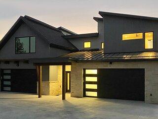 Fox Creek 2 - Brand-New Luxury Home Between Resort & Downtown