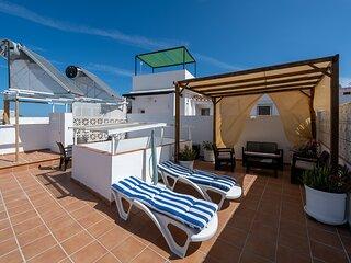 Precioso apartamento con patio interior y terraza en el corazón de Nerja.
