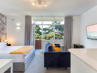 Comfy Balcony Studio near Parks, Shopping and Dining