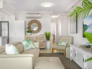 Glamorous Unit with Pools, Balcony and Ocean Vistas