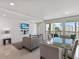 Amazing beachfront condo! enjoy great views and pool from balcony