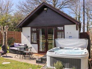Pheasant Lodge, hot tub, open-plan living, fire pit, near Wimborne Minster