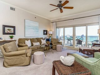 Enjoy the turquoise waters from the kitchen, dining room & living room with the open floor!