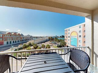 Beach Front Complex - Free WiFi- Views of John's Pass Bridge & Waterway