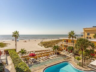 Incredibly Furnished, Great Gulf & Beach Views Updated 1500 sq ft - Free WiFi