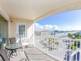 John's Pass Views in Beach Side Complex -Free WiFi - Large Corner Unit.