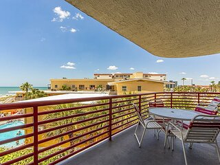 Live The Dream! Large 1,225 sq ft Unit with Gulf Views From Balcony - Free Wi