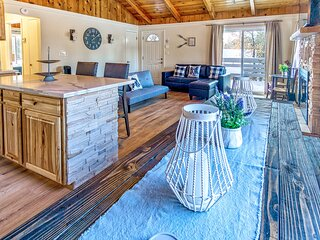 Apollo's Hideout Amazing Village Area Fresh Family/Group Combo Property