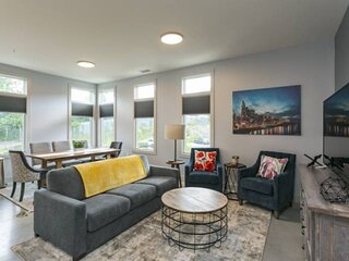 374-7 ~ Large Corner Unit - 4 Beds - 3 Miles to Broadway and Downtown - Free Par
