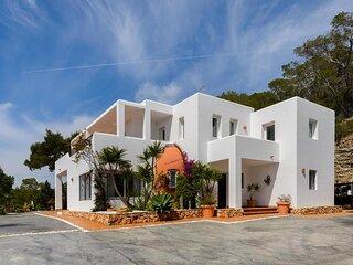 Stunning 5-Bed Villa in Sant Jordi de ses Salines