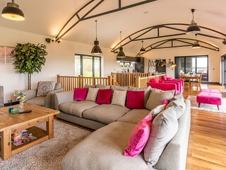Lower Lodge Barn, Alcester - sleeps 8 guests  in 4 bedrooms