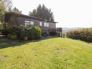 SPRINGTIME LODGE, single-storey lodge with WiFi, close coast, lovely views