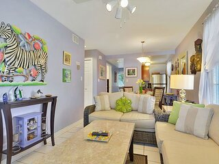 LAVENDER JUNGLE Whimsical Vibe, Large Outdoor Space, Shared Pool, Walk to All