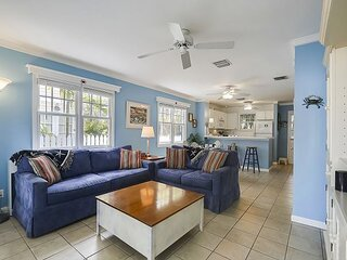SOUTHARD GETAWAY Private Home, Family friendly, Shared Pool, Walk to All!