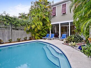 AMELIA HOME Spacious Private Home with Private Pool, BBQ Grill + Pet Friendly