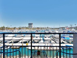 Walk to Harbor Village or Pacific Ocean! Perfect Couple's Getaway - Marina View