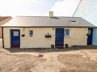 FFYNNON TOM, romantic retreat, exposed character beams, king-size bed, in