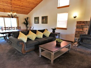 NEW!! Knotty & Nice: Cute, Dog-Friendly Mountain Getaway with Private Spa