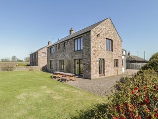 HUNTERS CHASE, large holiday cottage, family friendly, WiFi, open fire, close