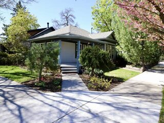 Callie's North End Cottage- Walk to Historical Hyde Park. Enjoy the Outdoor ****