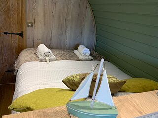 Brand new spacious Hobbit style glamping pod