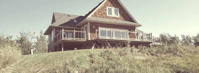 Quiet Country Retreat, Hilltop, Walking Trails, Sunset Views, holiday rental in Red Deer
