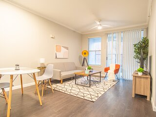 Modern 1BR Heart of Downtown   Gym, Pool, Parking