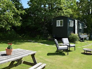 Under The Walnut Tree Shepherds, Painswick - sleeps 2 guests  in 1 bedroom