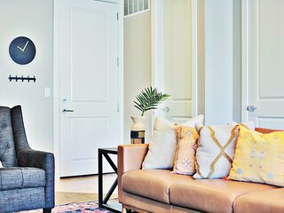 Stylish Poolside Home | Ping-Pong | Pet Friendly | Free Bikes | EPA Cleaning | 4