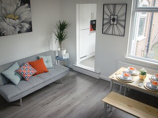 Cosy HUB Coventry - Spacious 4 Bed House by Passionfruit Properties