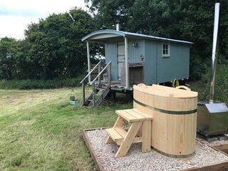 Charming Shepherds Hut with Wood Fired Hot Tub