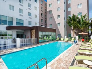 3 Spacious Units w/Kitchen Near Attractions, Shuttle, Pool