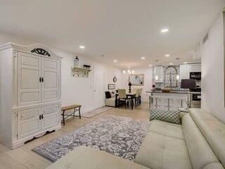New Listing, Beautiful Updated Villa, 2 Heated Pools, WiFi, Laundry, Tennis, Clu