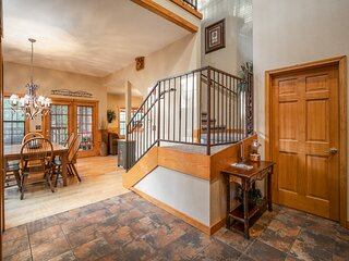 Family Getaway Cabin - 2BR+L with Fireplace, Screened Balcony, and Porch!