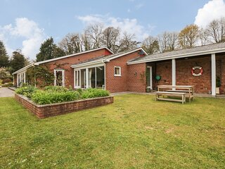 WOOD VIEW COTTAGE, indoor heated swimming pool and views, near Blackawton