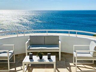Exclusivo y moderno apartamento. Primera linea frente al mar. Gran terraza.
