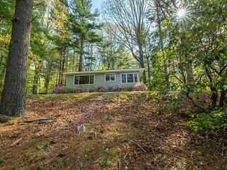 The Nest | Pet-friendly Cottage, Carolina Room & Lakeside Views!