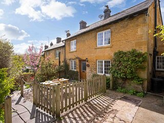 Jackdaw Cottage is a charming honey-coloured traditional cotswold stone cottage