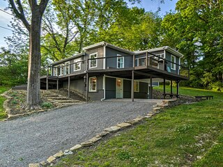 NEW! Stunning Lakeside House, 22 Mi to Nashville!