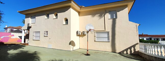 patio trasero con cancha de baloncesto