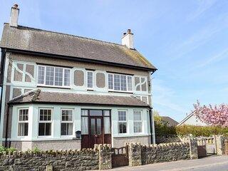 MINFFORDD, pet-friendly, lawned garden, close to beach, Newborough, Ref 930300
