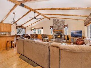 Golden Oak Views Ultra Modern Single Story Log Cabin / Prime Central Location