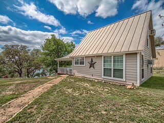 Beautiful Cottage on Canyon Lake that sleeps 8! Over 400 feet of waterfront!