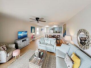 Charming Duplex w/ 2 Balconies Overlooking Pool - Tennis & Beach Access