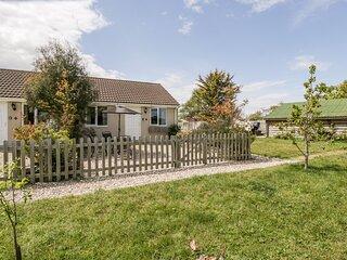 TEAL, bungalow, double bedroom, parking, lawned garden, in Watchfield, near