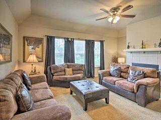 NEW! Cozy House w/ Yard & Fireplace - 3 Mi to UH!