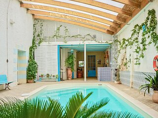 Awesome home in Port Ste Foy et Ponch. with Indoor swimming pool, WiFi and 7 Bed